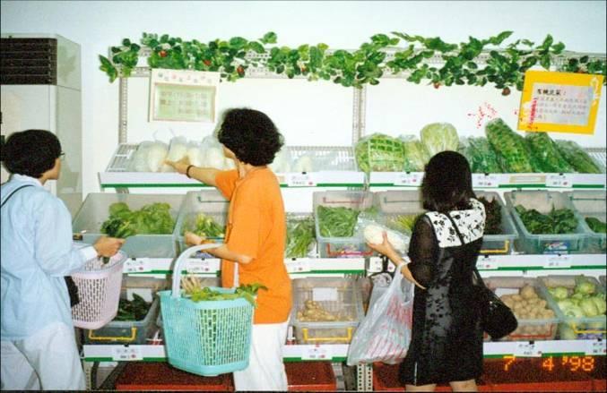 最初的「誠信共購」商店樣貌,就是牆面簡單釘上的角鋼架和兩條長條桌,擺上用草繩綁著的裸蔬果。