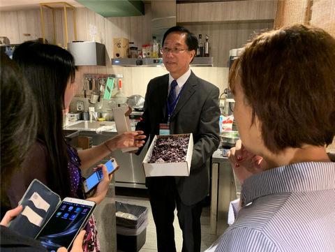 里仁韓副總經理與大家分享這幾年與加拿大辦事處合作,引進加拿大農作物,帶給台灣消費者健康的好產品。並分享野生藍莓與栽種藍莓的不同,讓現場媒體朋友對野生藍莓有更深的認識。