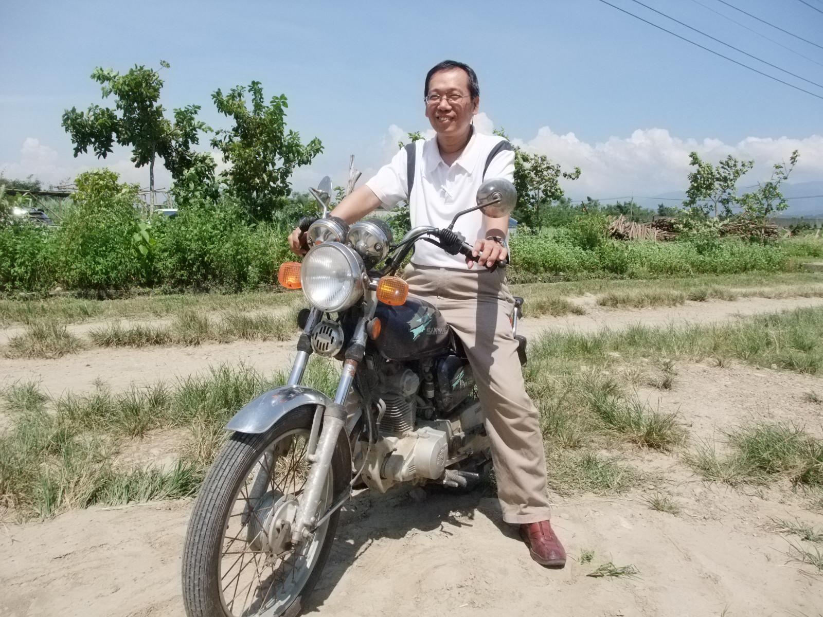 「誠信共購」的第一把菜,是盧嘉東騎著摩托車,將從東勢坐客運來的菜載回南京東路辦公室。