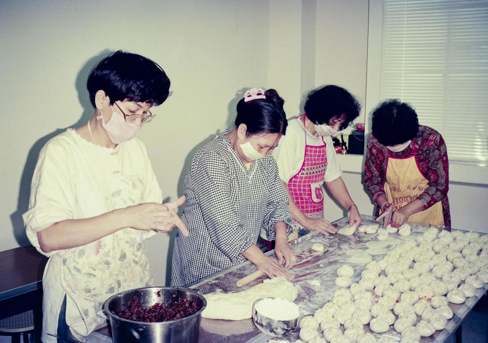 市面上的清淨商品不多,各地學員也開始投入真味食物的製作,例如製作沒有防腐劑和化學添加物的包子。